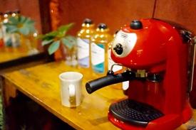 カフェのように落ち着いた雰囲気の待合室